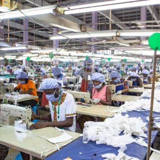 mujeres preparando trajes para sanitarios